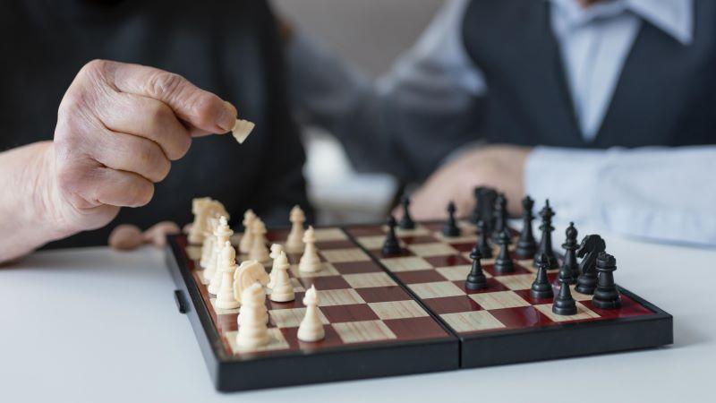 Żeby myśleć, trzeba grać! Jak zachęcić osobę starszą do grania w gry?