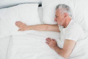Chory senior w łóżku